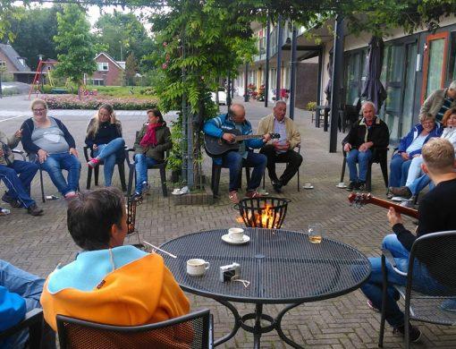 Het BuurtKaffee is een plek waar buurtbewoners onder het genot van een kop koffie of thee, spelletjes spelen en nieuwe contacten opdoen en onderhouden.