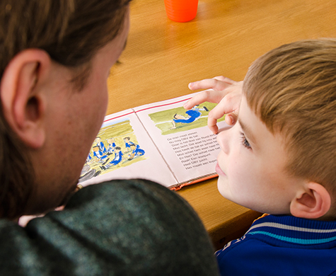 Met het stimuleren van taal bij kinderen kun je niet vroeg genoeg beginnen. Maar niet voor alle ouders is dat makkelijk. VoorleesExpress Epe helpt daarbij!