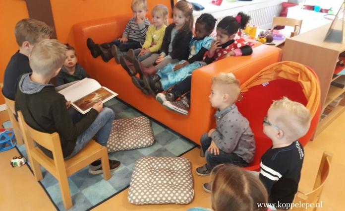 kinderen van de Gildeschool lezen maandelijks voor
